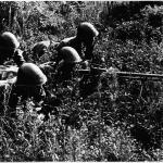 Grupa de soldati romani cu pusca mitraliera