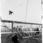 1910 Orville Wright si Albert B Lambert la bordul avionului