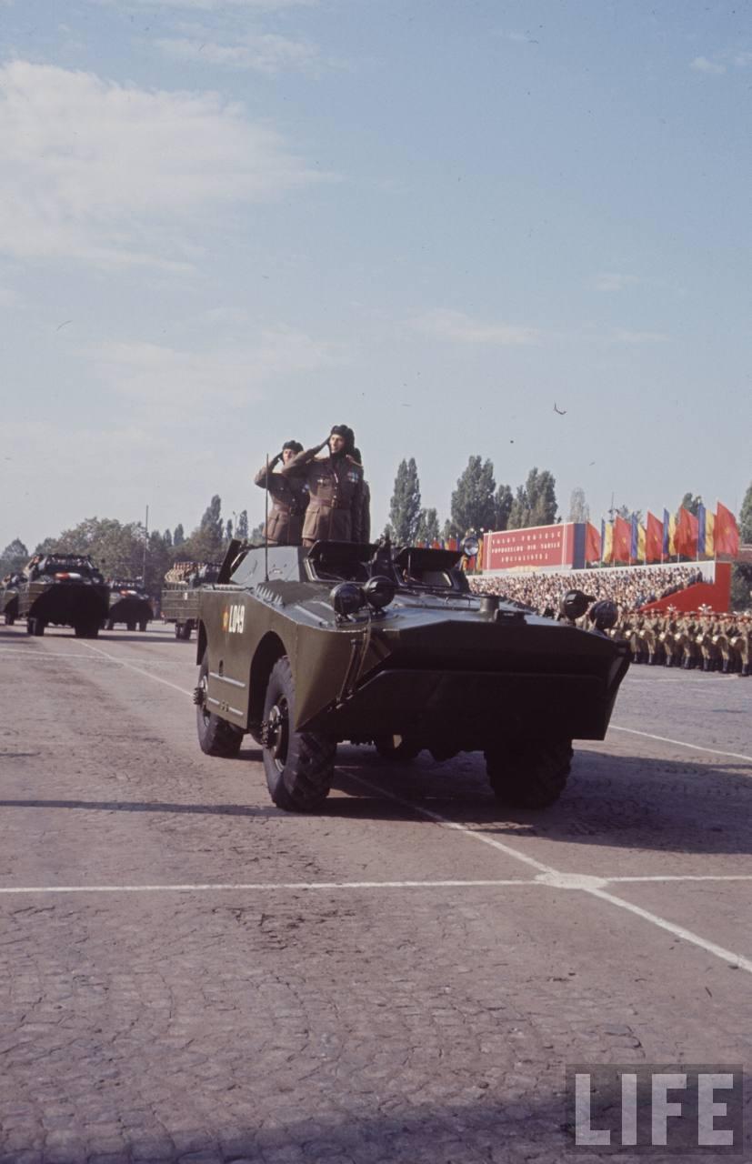 Deschiderea defilării în Bucureşti de 23 august 1964