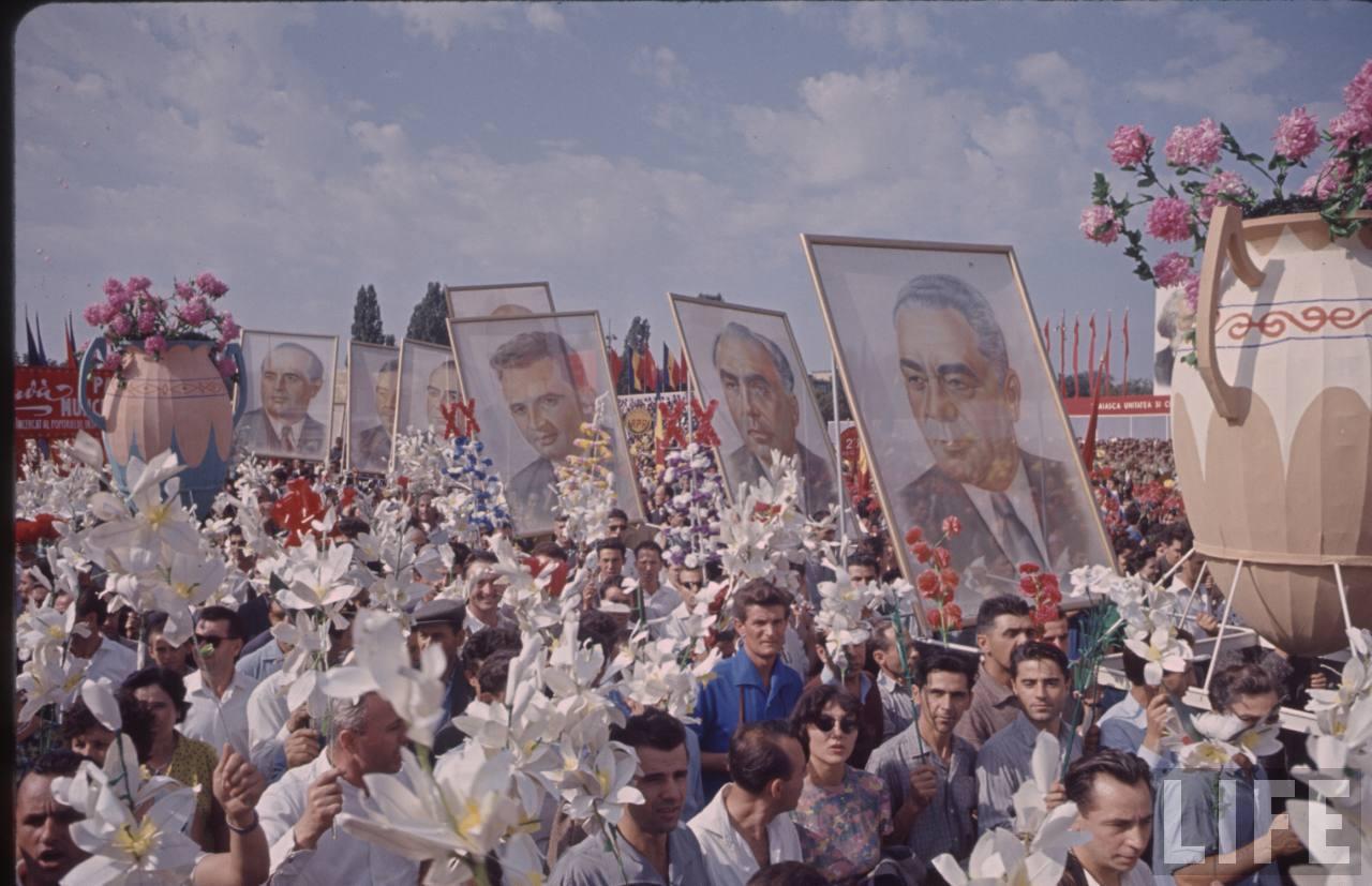 Portretul lui Ceauşescu mai la coadă la defilarea din Bucureşti de 23 august 1964