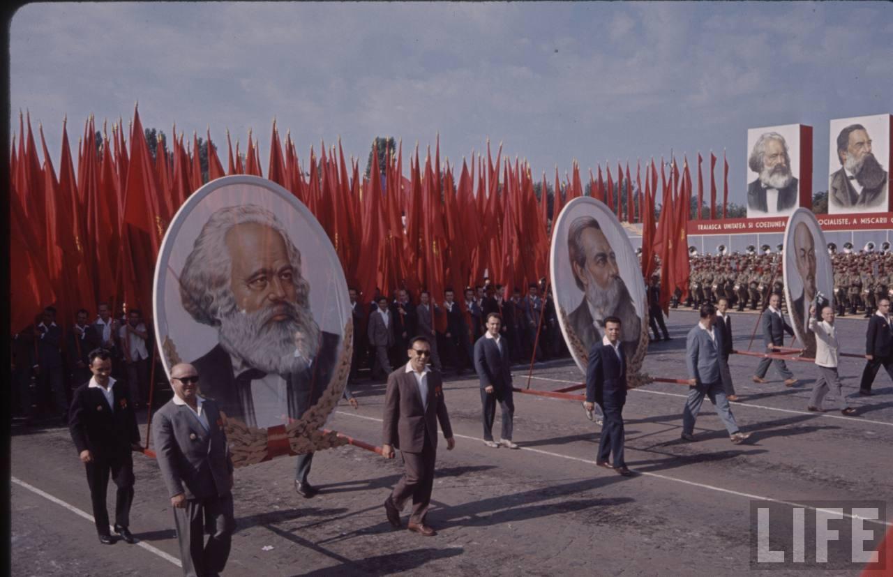 Cu Marx şi Engels în frunte la defilarea oamenilor muncii în Bucureşti de 23 august 1964