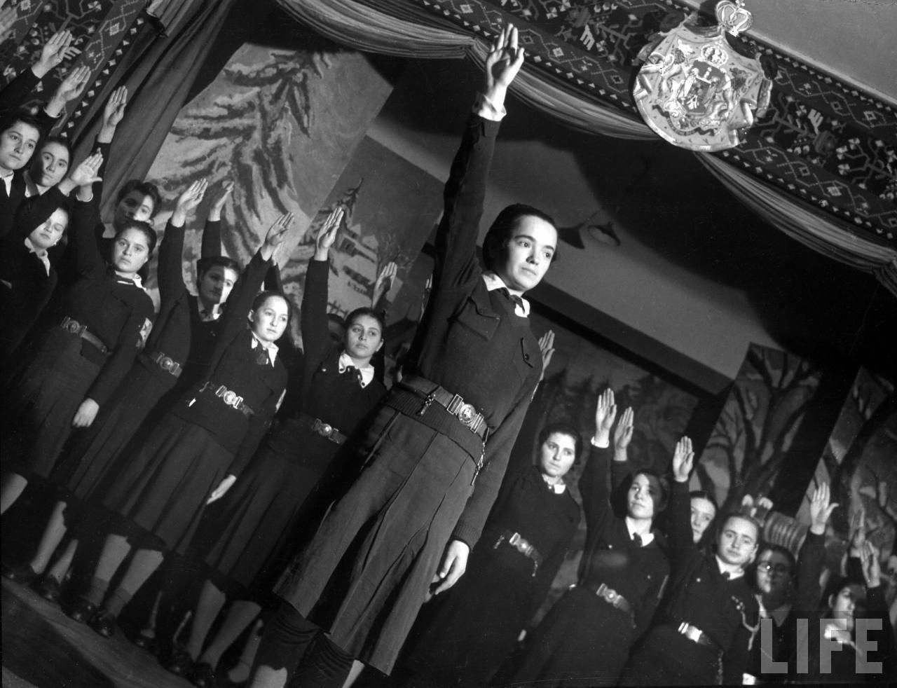 Serbare la şcoala de fete din Chişinău în 1940