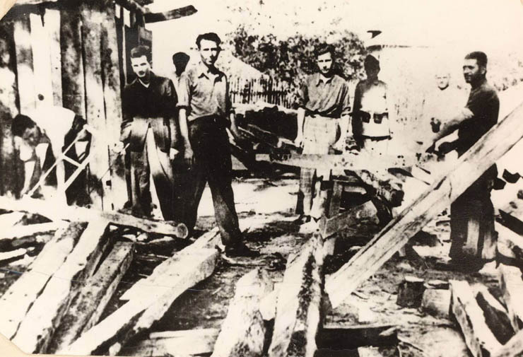 1943 - Nicolae Ceauşescu deţinut în lagărul de la Târgu Jiu al doilea din stânga Fototeca online a comunismului românesc cota 1-1943