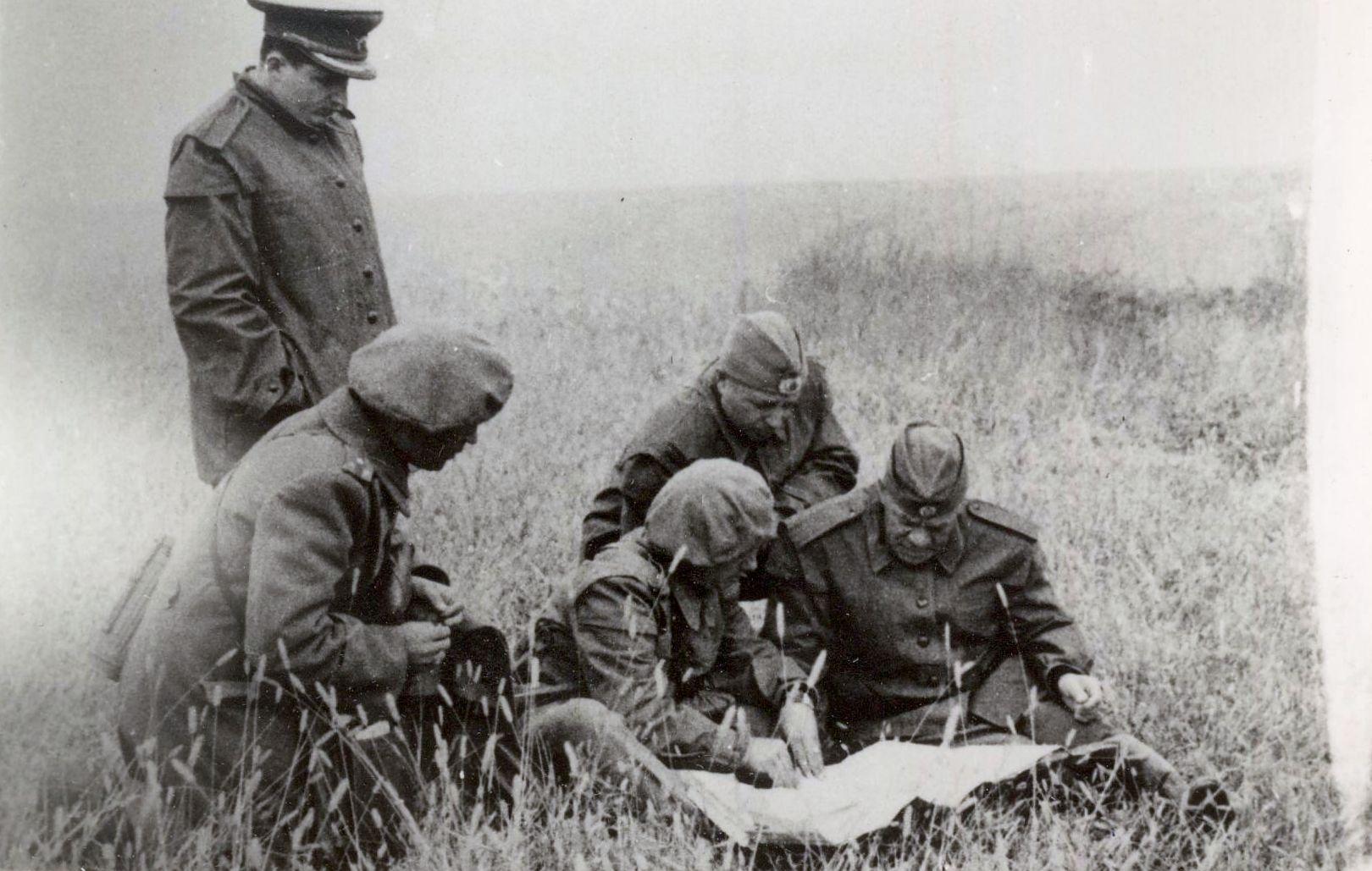 1951 - Nicolae Ceauşescu încă general maior alături de ministrul Apărării Emil Bodnăraş la o aplicaţie a vânătorilor de munte Fototeca online a comunismului românesc cota 1-1951