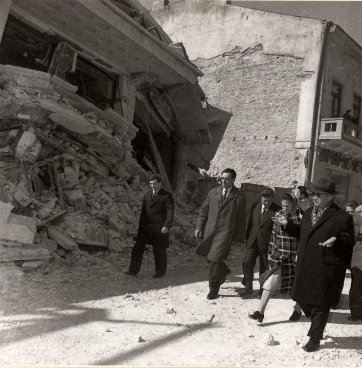 1977 - Nicolae Ceauşescu inspectează Bucureştiul după cutremurul din martie 1977 Fototeca online a comunismului românesc