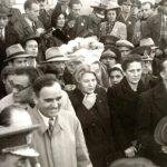 Ana Pauker îl priveşte bănuitoare pe Gheorghe Gheorghiu Dej la marele miting al oamenilor muncii din Piaţa Naţiunii, cu prilejul victoriei forţelor democrate în alegeri. Fototeca Comunismului Românesc cota 199/1946