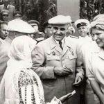 Gheorghe Gheorghiu Dej şi Ana Pauker, întreţinându-se cu mama lui C. Pârvulescu (cel care i s-a opus lui Ceauşescu la congresul PCR din 1989) cu prilejul sărbătoririi zilei de 23 august 1951. (23.08.1951). Fototeca Comunismului Românesc cota 86/1951