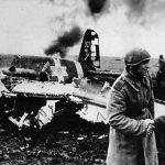 1943 sovietici felicitându-se lângă epava avionului Hs129B pilotat de locotenentul Munteanu